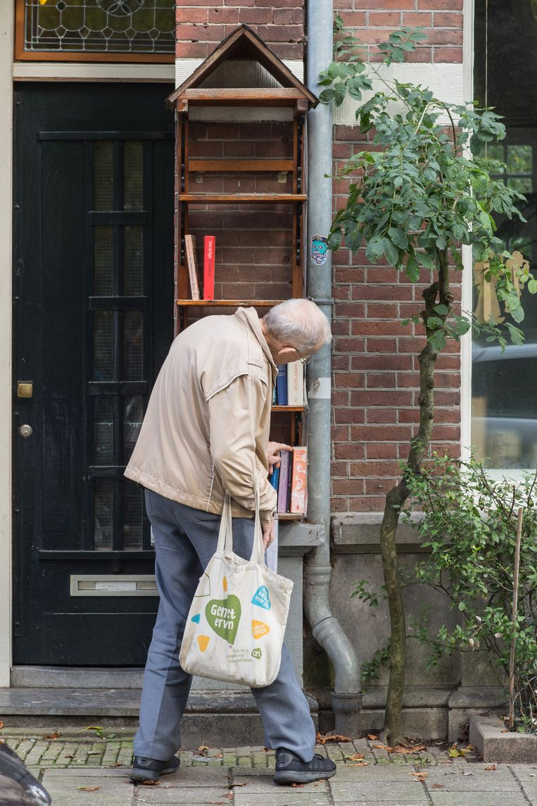 Buurtboekenkastje aan het Sarphatipark, een van de oudste in de stad. Beeld Saskia Wesseling