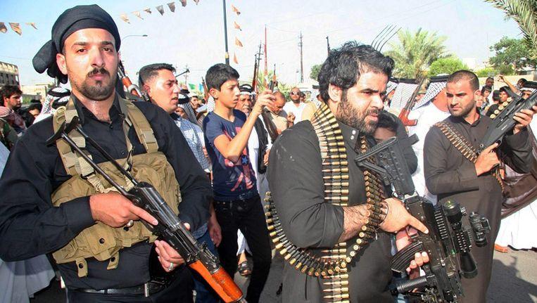 Sjiitische strijders in de Iraakse hoofdstad Bagdad laten zien dat ze klaar zijn voor de strijd tegen de snel oprukkende militante strijders van de soennitische beweging Isis. Beeld epa