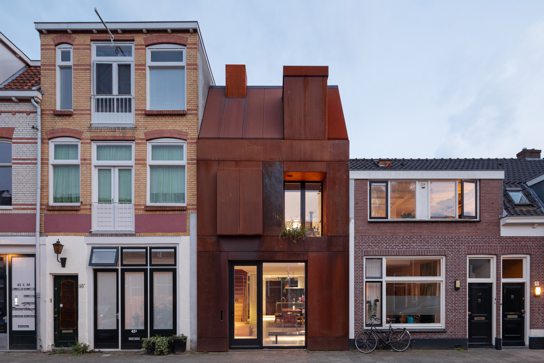Het huis lijkt te clashen met dat van de buren.Toch bevat het alle elementen van het klassieke arbeidershuisje: een dakkapel, schoorsteen, erker en plint.  Beeld Stijn Poelstra