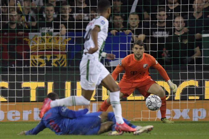 Maarten Paes is geconcentreerd tijdens het duel met FC Groningen, gisteravond.