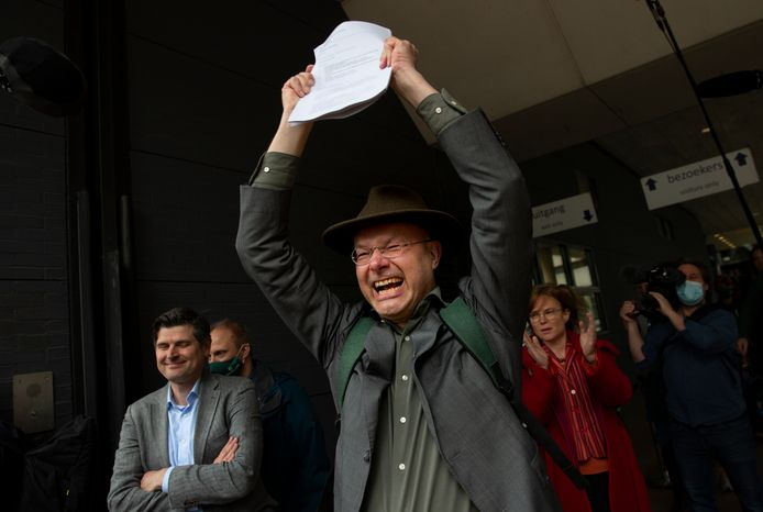Milieudefensiedirecteur Donald Pols houdt de uitspraak van de rechter in de hand waarin Shell wordt opgedragen om de CO2-uitstoot te beperken.