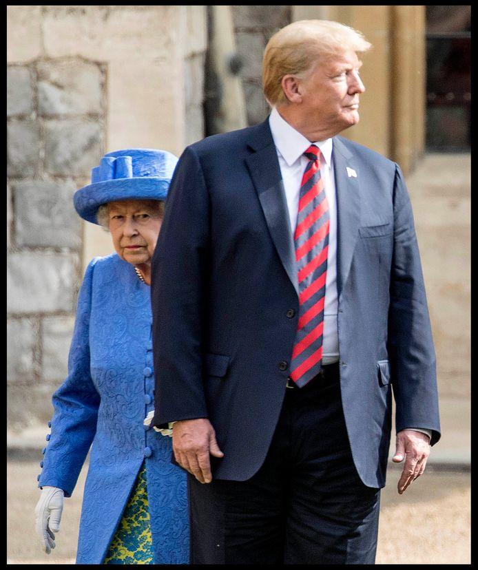 De ontmoeting met Donald Trump gisteren op Windsor Castle verliep niet altijd even vlot. De president hield zich niet aan het protocol dat zegt dat de Queen steeds voorop loopt.