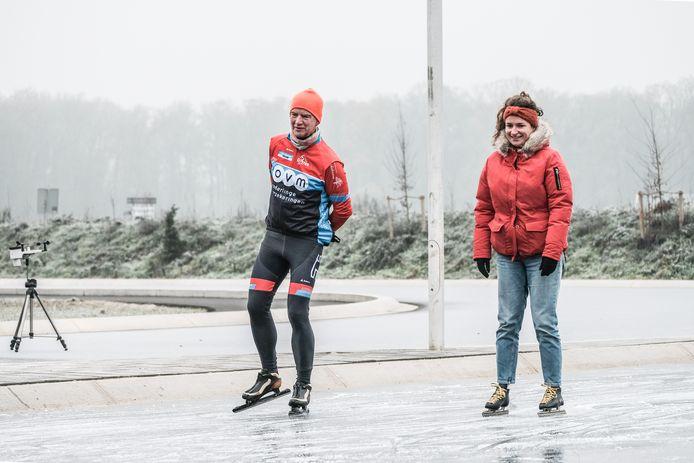 De eerste schaatsers testen de baan in Winterswijk uit.
