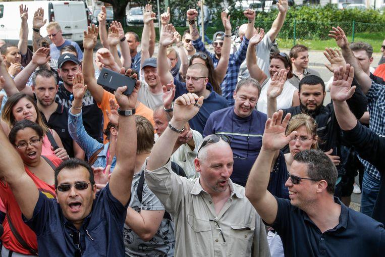Stakende cipiers aan de gevangenis van Sint-Gillis. Beeld BELGA