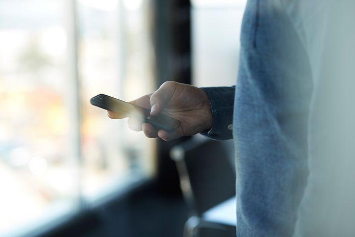 Een 61-jarige man uit Gent is veroordeeld tot een celstraf van 10 maanden met uitstel en een boete van 4000 euro, waarvan de helft met uitstel, wegens het verspreiden van beelden met kinderporno.