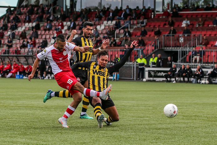 Ahmed el Azzouti (l) maakt het openingsdoelpunt tegen Rijnsburgse Boys, eerder dit seizoen in de tweede divisie.