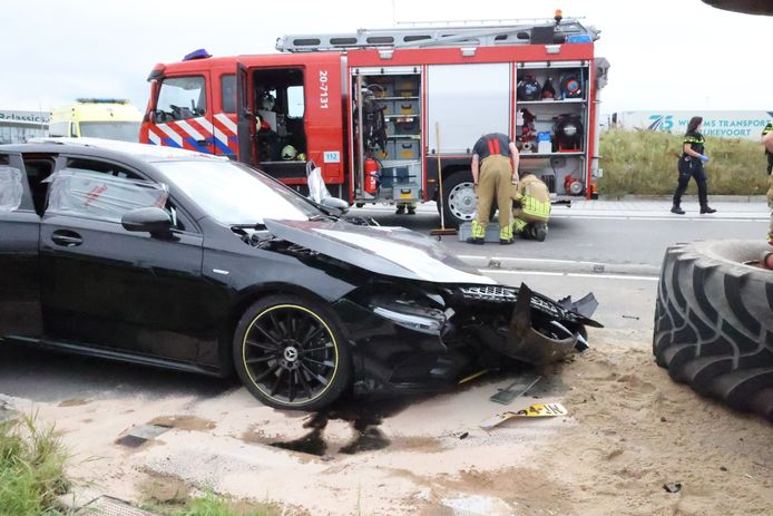 De auto liep flinke schade op en is weggetakeld.