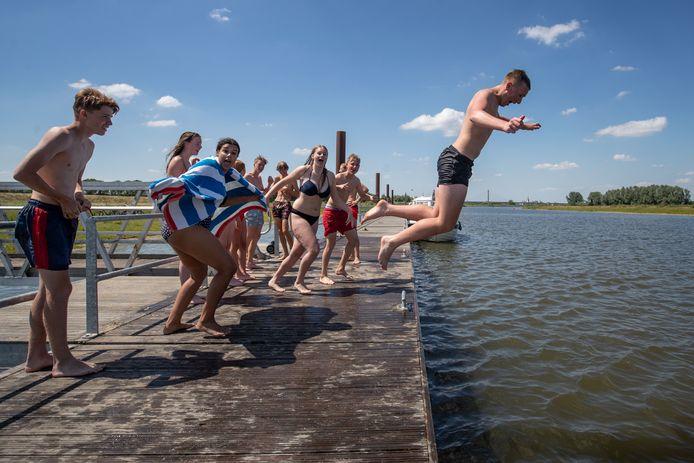 Deze zomer werd er al flink gezwommen in het Reevediep. De mogelijkheid voor een strand wordt nu onderzocht.