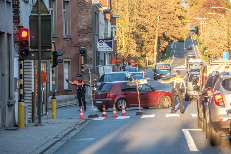 Om de verkeersstroom op gang te trekken, staan aan het kruispunt met Diependale op piekmomenten agenten. Hier wil Wegen en Verkeer de verkeerslichten opnieuw instellen.