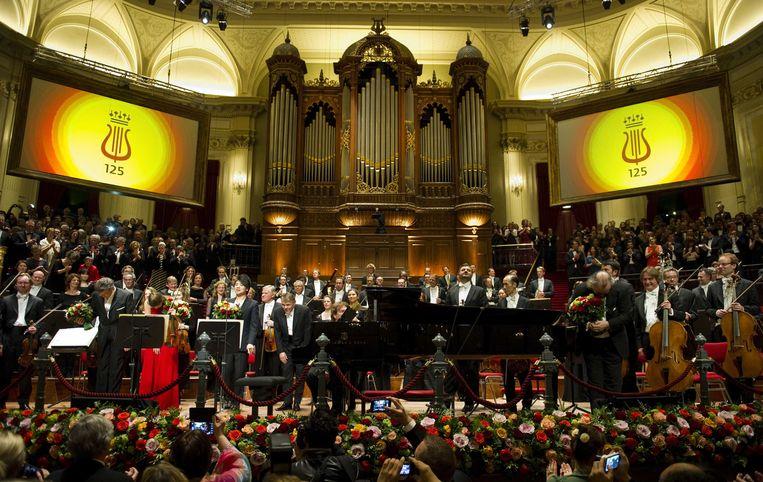 2013-04-10 AMSTERDAM - Het slotapplaus na afloop van het concert tijdens viering van het 125-jarig jubileum van het Concertgebouw en Koninklijk Concertgebouworkest. ANP ROYAL IMAGES ROBIN VAN LONKHUIJSEN Beeld ANP