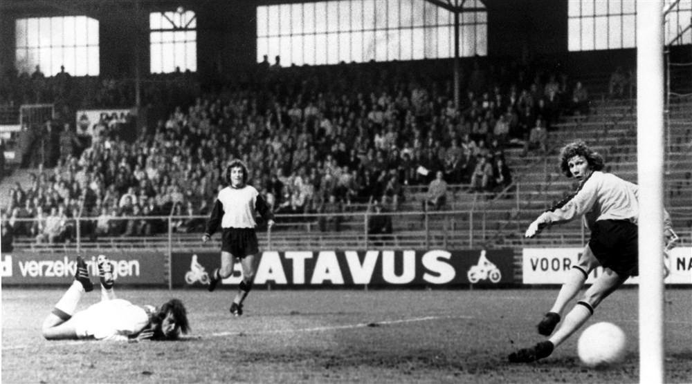 Johan Neeskens (liggend) scoort de 12-1 voor Ajax. Doelman Dick Beukhof is kansloos.