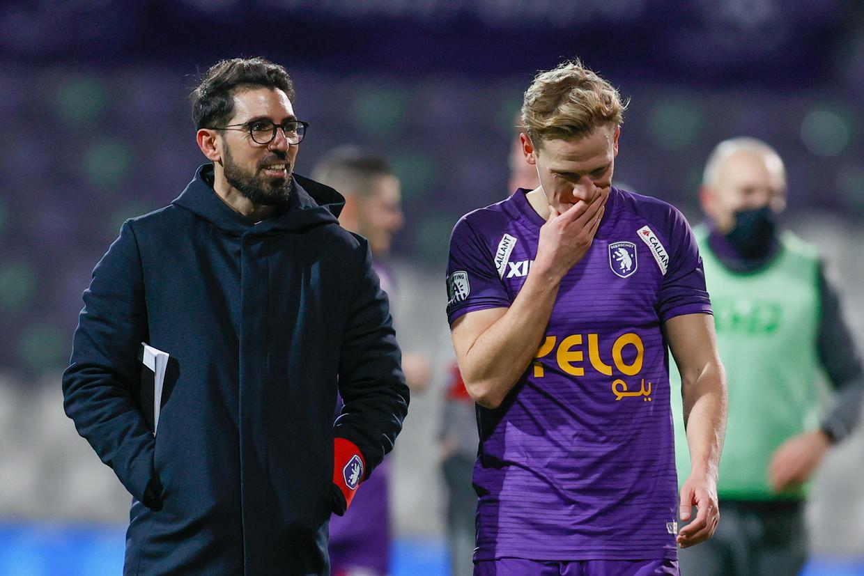 Coach Hernán Losada praat in op Beerschot-speler Joren Dom na de nederlaag tegen Club Brugge, zondagavond.
