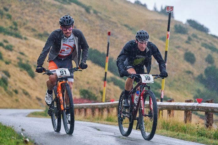 Bart Classens (rechts) met de Duitser Felix Fritzsch op de eerste klim van de chaotische koninginnerit van de Appenninica MTB Stage Race.