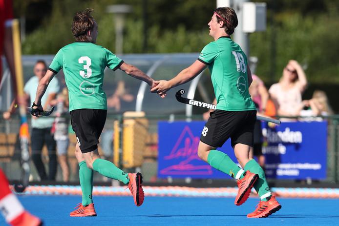 Douwe Dijkhuizen en Ties Koopmans vieren een punt voor Upward.
