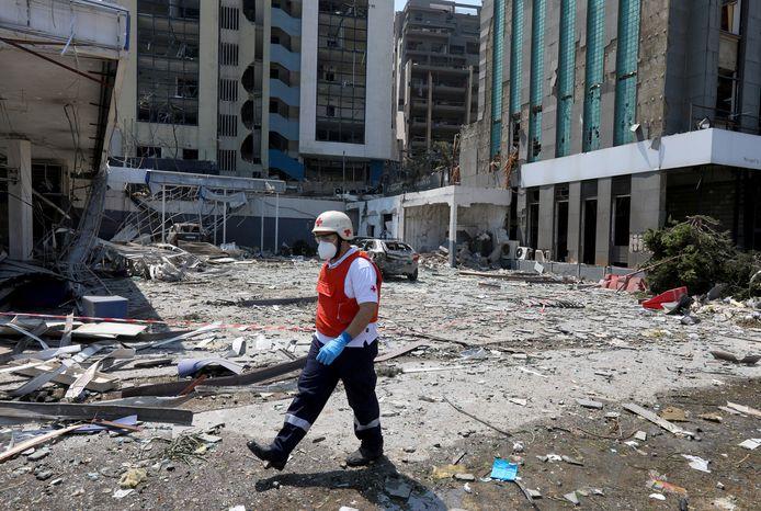 Een lid van het Rode Kruis Libanon ter plaatse van de ramp.