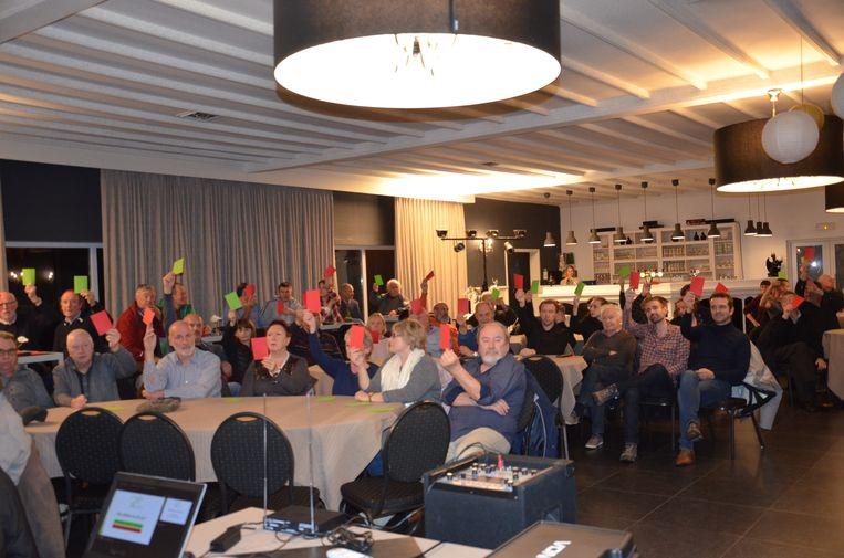 De inwoners van de Bosstraat, Hoogkouterbaan en directe omgeving konden met een rode of groene kaart stemmen in Hof ten Eede over de voorgestelde verkeersmaatregelen.