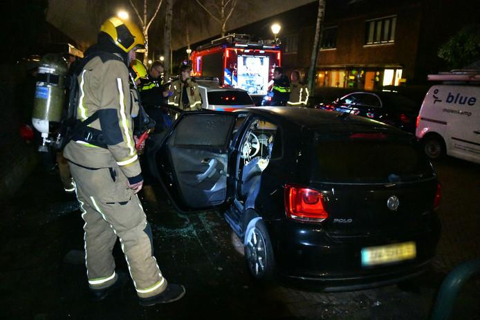 Een pyromaan probeerde met aanmaakblokjes een auto in de brand te steken in de Wrightstraat in Den Haag.