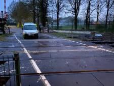 Automobilist ramt paaltje en komt tot stilstand op spoor tussen Hengelo en Enschede, treinverkeer tijdelijk stilgelegd