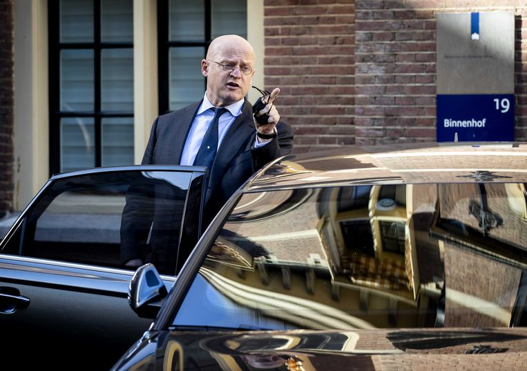 Ferdinand Grapperhaus, demissionair minister van Justitie en Veiligheid op het Binnenhof, na afloop van de wekelijkse ministerraad. Beeld ANP