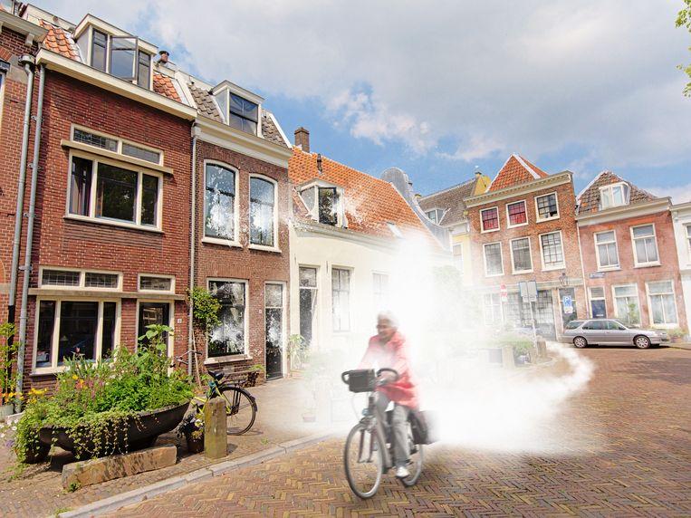 Buurt schrikt van een luide knal, afkomstig van de e-bike van Riet. Beeld Shutterstock