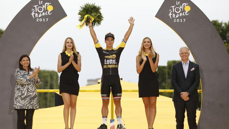 Dylan Groenewegen op het podium in Parijs nadat hij de slotetappe van de Tour de France heeft gewonnen. Beeld ANP