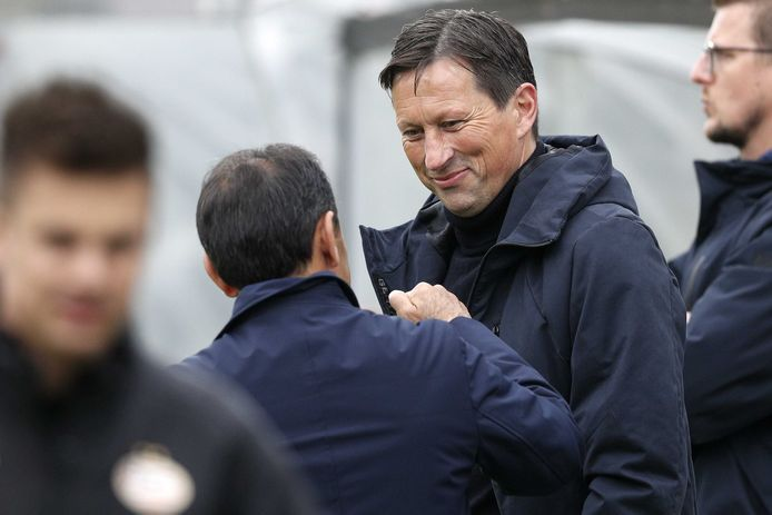 Een dolletje van Roger Schmidt met Jos Luhukay, de huidige trainer van VVV.