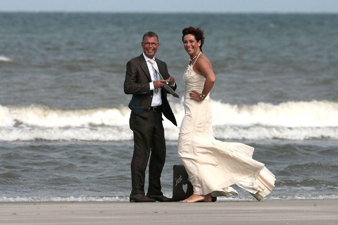Arnold en Els op hun trouwdag. Els ging graag op vakantie, en het strand was één van haar favoriete plekken. Zodra de zon scheen, dan straalde Els.