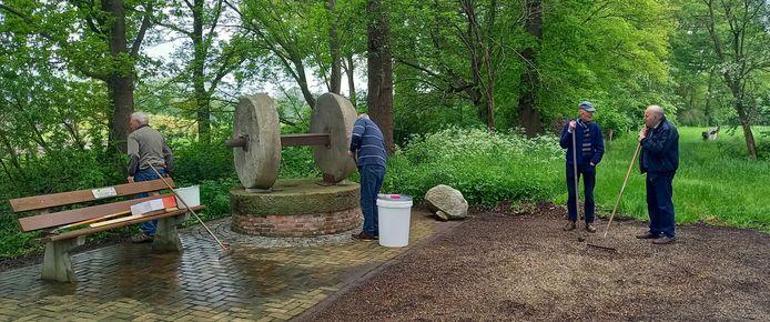 Leden van stichting Heemkunde Geesteren maken het monumententerrein op de hoek Vermolenweg-Eylersweg schoon.