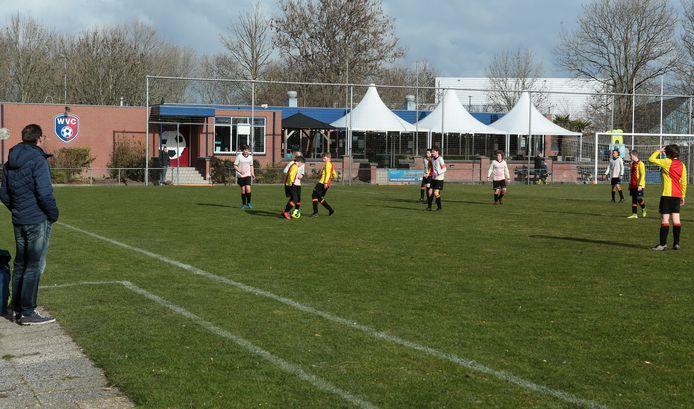 Voetbalvereniging MME'21, ontstaan uit een fusie van DOSR en WVC levert één veld in en deelt straks de - nieuwe - kantine met de hockeyvereniging.