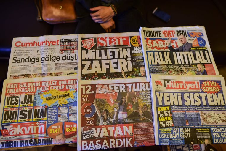 Turkse ochtendkranten over de uitslag van het referendum. Beeld AFP