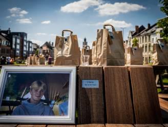 """Opening picknicktafel op Groene Dender meteen ook herdenking van overleden medestudent: """"Naam van Simon als herinnering in bank gegraveerd"""""""