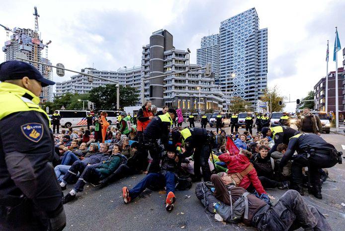 Klimaatactivisten van actiegroep Extinction Rebellion werden maandag aangehouden voor het blokkeren van het kruispunt tussen de tijdelijke Tweede Kamer en het ministerie van Economische Zaken en Klimaat.