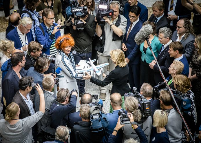 Actievoerders bieden in de Tweede Kamer een petitie aan tegen de laagvliegplannen voor Lelystad Airport.