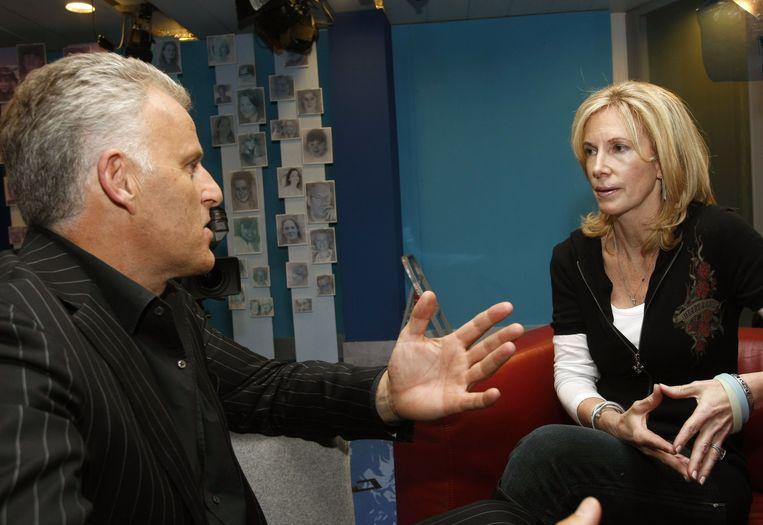 De Vries geeft uitleg over zijn bevindingen aan Beth Twitty, de moeder van de verdwenen Natalee Holloway. Beeld ANP