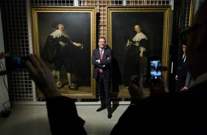 Alexander Pechtold poseert voor de twee Rembrandt-portretten Maerten Soolmans en Oopjen Coppit