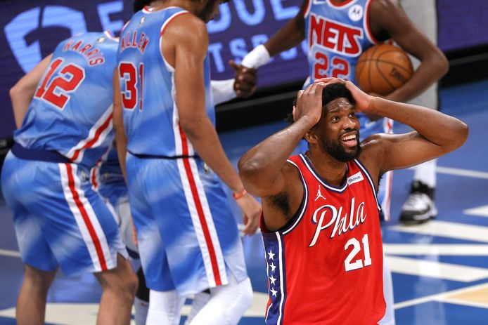 Joel Embiid van Philadelphia 76ers kan niet geloven dat hij een fout heeft gemaakt.