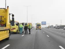 Motorrijder glijdt onder de vangrails door en raakt zwaargewond op A12