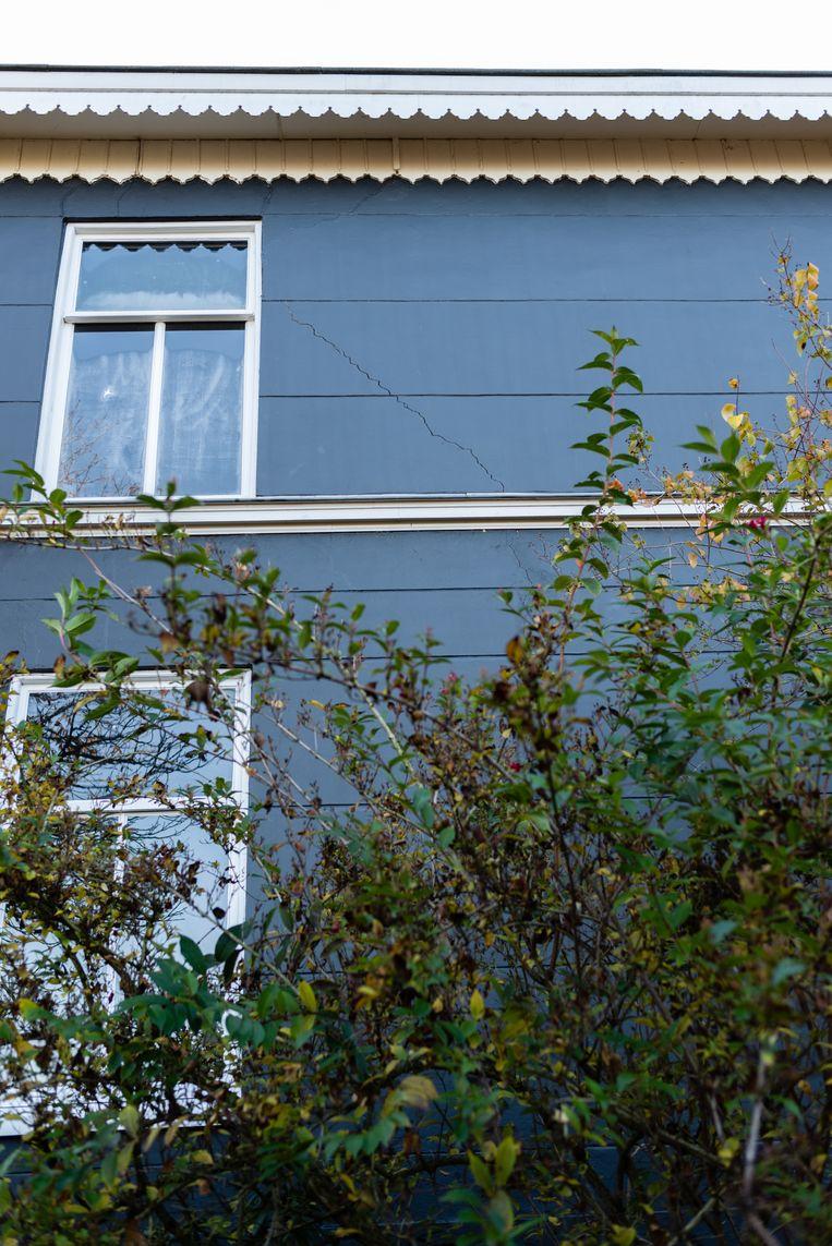 Scheuren ontstaan overal in het huis van Mieke van Buren in Buurmalsen. Als gevolg van de aanhoudende droogte en wateronttrekking door de fruittelers in de omgeving is het grondwaterpeil laag. Beeld Katja Poelwijk