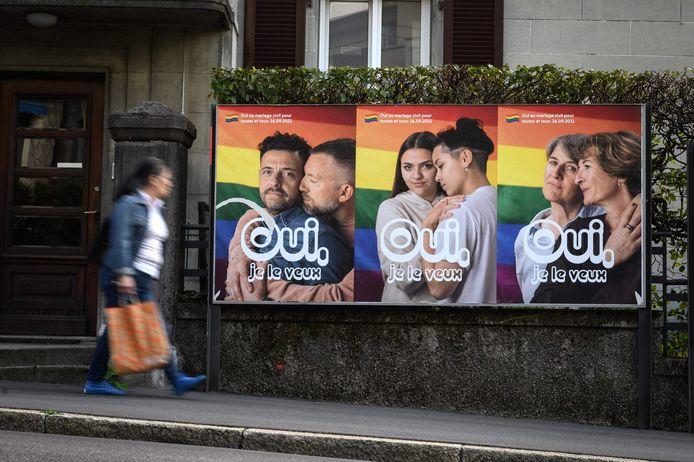 Enkele posters van een campagne die het 'huwelijk voor allen' steunt. Zondag zullen de Zwitsers stemmen over de legalisering van het homohuwelijk.