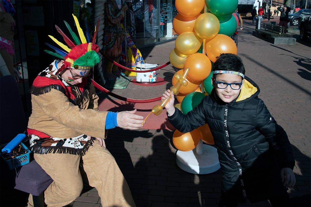 Feestwinkel FeesXpert in het centrum van Nijmegen stopt ermee na de carnaval. Zaterdag konden kinderen zich gratis laten schminken en werden ballonfiguren uitgedeeld. De eigenaar van FeestXpert wordt naar eigen zeggen 'moe van al dat geklets over racisme' waar het gaat om indianentooien en dergelijke.