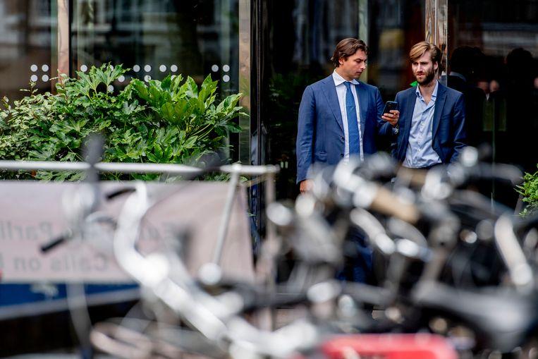 FvD-voorman Thierry Baudet met de voorzitter van de jongerenafdeling Freek Jansen. Beeld Hollandse Hoogte/Robin Utrecht