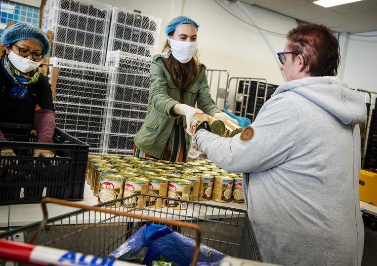 Medewerkers aan het werk in een voedselbank.  Beeld ANP