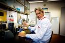 Professor microbiologie Herman Goossens (UZ Antwerpen) vindt dat we in België grondig moeten nadenken over hoe we omgaan met positieve testen van mensen met een oude corona-infectie.