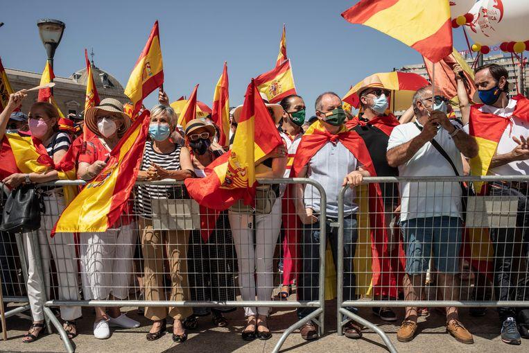 Rood en gele vlaggen, petjes en parasols tegen opsplitsing. In Catalonië heerst een heel andere stemming. Daar stemde de meerderheid voor partijen die ijveren voor Catalaanse onafhankelijkheid. Beeld Cesar Dezfuli