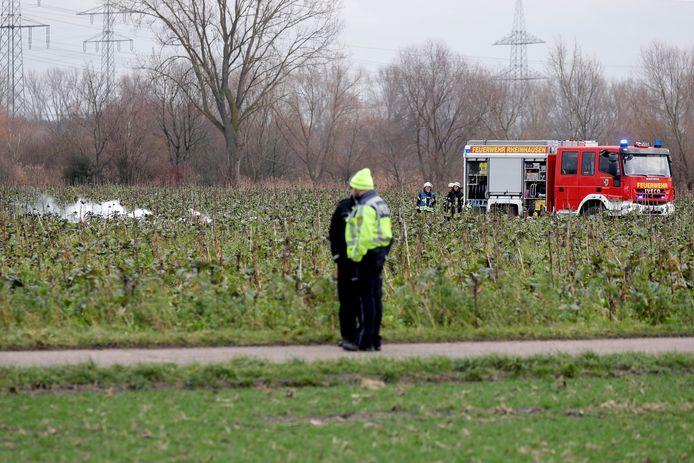 Reddingswerkers staan in de buurt van de plek waar de rokende brokstukken neer zijn gekomen.