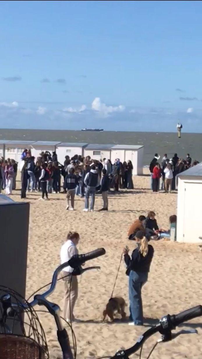 Jongeren komen samen op strand van Knokke
