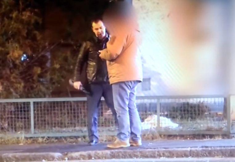 Beeld uit de video waarop te zien is hoe een vroegere Russische diplomaat geld overhandigde aan een gepensioneerde Servische militair. Beeld