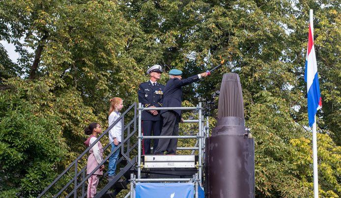 UNIFIL-veteraan Erik van Till ontsteekt het vrijheidsvuur samen met kinderburgemeester Seppe en loco-kinderburgemeester Kathy.