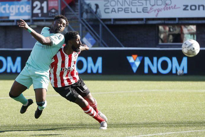 Ché Nunnely komt goed voor zijn tegenstander en kopt de 0-1 voor Willem II binnen tegen Sparta.