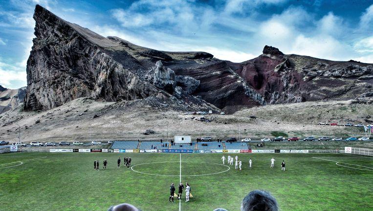 Het machtige decor van het Hasteinsvollur-stadion op Vestmannaeyjar, de Westmaneilanden.